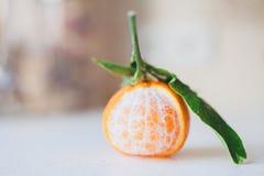 被剥皮的新鲜的水多的蜜桔 图库摄影