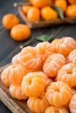 被剥皮的柑桔蜜桔工艺木盛肉盘  库存照片
