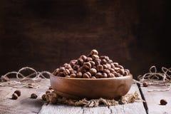 被剥皮的榛子,葡萄酒木背景,土气样式, selec 免版税图库摄影