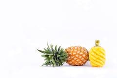 被剥皮的菠萝和新鲜的成熟菠萝有在白色被隔绝的背景健康菠萝果子食物的甜口味 库存图片