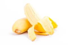 被剥皮的蛋香蕉和成熟金黄香蕉在白色被隔绝的背景健康Pisang Mas香蕉果子食物 图库摄影