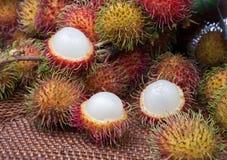 被剥皮的长毛的果子红毛丹印度尼西亚 库存照片