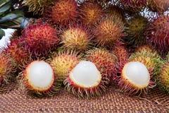 被剥皮的长毛的果子红毛丹印度尼西亚 免版税库存照片