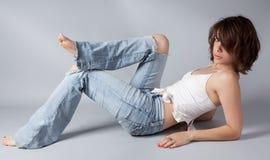 被剥去的牛仔裤,赤脚 库存图片