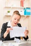 被劝阻的会计发现了在垃圾的重要纸 免版税库存照片
