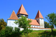 被加强的中世纪撒克逊人的教会在村庄Merghindeal- Mergenthal,特兰西瓦尼亚,罗马尼亚 库存照片