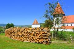 被加强的中世纪撒克逊人的教会在村庄Merghindeal- Mergenthal,特兰西瓦尼亚,罗马尼亚 库存图片