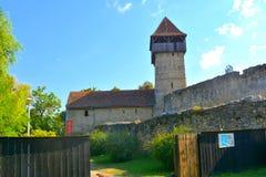 被加强的中世纪撒克逊人的教会的塔在Calnic,特兰西瓦尼亚 免版税库存照片