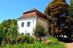 被加强的中世纪撒克逊人的教会的庭院在村庄Cincu, Grossschenk,特兰西瓦尼亚,罗马尼亚 图库摄影
