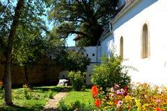 被加强的中世纪撒克逊人的教会的庭院在Cincsor-Kleinschenk,锡比乌县 免版税库存照片