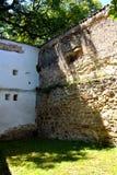 被加强的中世纪撒克逊人的教会的庭院在Cinsor-Kleinschenk,锡比乌县 免版税图库摄影