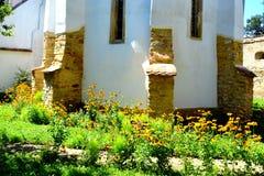 被加强的中世纪撒克逊人的教会的庭院在Cinsor-Kleinschenk,锡比乌县 库存图片