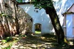 被加强的中世纪撒克逊人的教会的庭院在Cinsor-Kleinschenk,锡比乌县 图库摄影