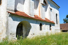 被加强的中世纪撒克逊人的教会的庭院在Rodbav-Rohrbach,锡比乌县,特兰西瓦尼亚 废墟 免版税库存照片