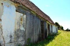 被加强的中世纪撒克逊人的教会的庭院在Rodbav-Rohrbach,锡比乌县,特兰西瓦尼亚 废墟 免版税库存图片