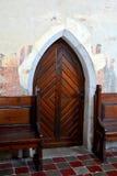 被加强的中世纪撒克逊人的教会的门在村庄Malancrav,特兰西瓦尼亚 库存照片