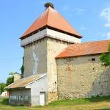 被加强的中世纪撒克逊人的福音派教会在村庄Cata,特兰西瓦尼亚,罗马尼亚 免版税图库摄影