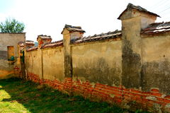 被加强的中世纪撒克逊人的福音派教会的庭院在村庄Felmer, Felmern,特兰西瓦尼亚,罗马尼亚 库存照片