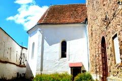 被加强的中世纪教会的庭院在村庄Homorod,特兰西瓦尼亚 图库摄影