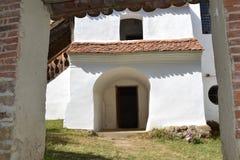 被加强的中世纪教会的庭院在村庄Viscri,特兰西瓦尼亚 库存图片