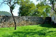 被加强的中世纪教会的庭院在Malancrav,特兰西瓦尼亚 免版税图库摄影