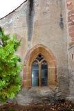 被加强的中世纪教会的Windows在金巴夫(Weidenbach),特兰西瓦尼亚 免版税图库摄影