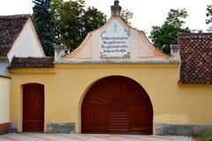 被加强的中世纪教会Cristian,特兰西瓦尼亚的公墓 免版税库存照片