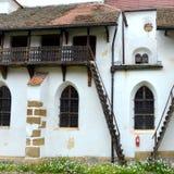 被加强的撒克逊人的中世纪教会哈曼,特兰西瓦尼亚,罗马尼亚的庭院 图库摄影