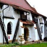 被加强的撒克逊人的中世纪教会哈曼,特兰西瓦尼亚,罗马尼亚的庭院 免版税图库摄影