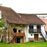 被加强的撒克逊人的中世纪教会哈曼,特兰西瓦尼亚,罗马尼亚的庭院 库存图片
