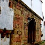 被加强的撒克逊人的中世纪教会哈曼,特兰西瓦尼亚,罗马尼亚的门 免版税图库摄影