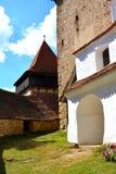 被加强的撒克逊人的中世纪教会的庭院在村庄Viscri,特兰西瓦尼亚 免版税库存图片