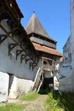 被加强的撒克逊人的中世纪教会Homorod,特兰西瓦尼亚的庭院 免版税库存图片