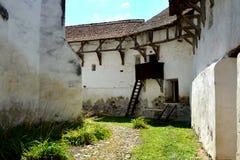 被加强的撒克逊人的中世纪教会Homorod,特兰西瓦尼亚的庭院 免版税库存照片