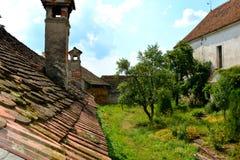 被加强的撒克逊人的中世纪教会Ungra,特兰西瓦尼亚的庭院 库存照片