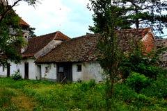 被加强的撒克逊人的中世纪教会Ungra,特兰西瓦尼亚的庭院 免版税库存照片