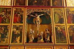 被加强的教会里面-耶稣受难象 库存照片