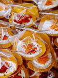 被包装的亚洲甜点绉纱薄煎饼街道货摊 免版税库存图片