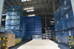 被包装的箱子在一个现代工厂仓库里 免版税库存照片