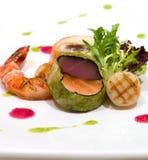 被包裹的圆白菜新鲜的三文鱼金枪鱼 免版税库存图片