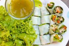 被包裹的油煎的鲭鱼用面条,泰国食物。 免版税库存图片