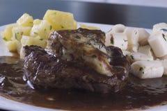 被包裹的烟肉牛肉最佳的烹调内圆角新查出的可爱的牛至准备好的迷迭香贤哲牛排白色 库存照片