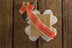 被包裹的礼物、丝带和剪刀在木板条 库存照片