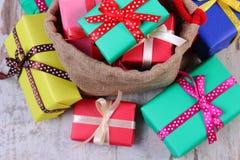 被包裹的礼物堆圣诞节或其他庆祝的在老木板条 免版税图库摄影