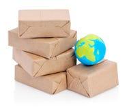 被包裹的程序包和地球 库存图片