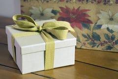 被包裹的葡萄酒礼物 免版税库存照片