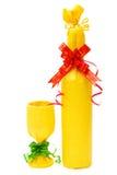 被包裹的酒和杯子作为礼物 免版税库存图片