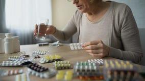 被医疗保健夫人饮用的药片占据心思用水,医学药剂过量 影视素材