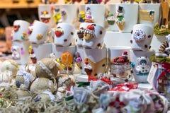 被卖在锡比乌圣诞节市场上的纪念品杯子 免版税图库摄影