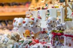 被卖在11月的17日锡比乌圣诞节市场上的纪念品杯子 免版税图库摄影